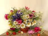 Kytice do vázy z hlíny a červená jahoda