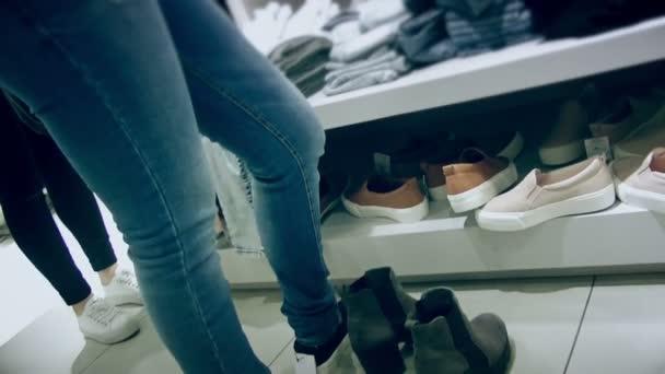 Žena se snaží na boty jaro léto