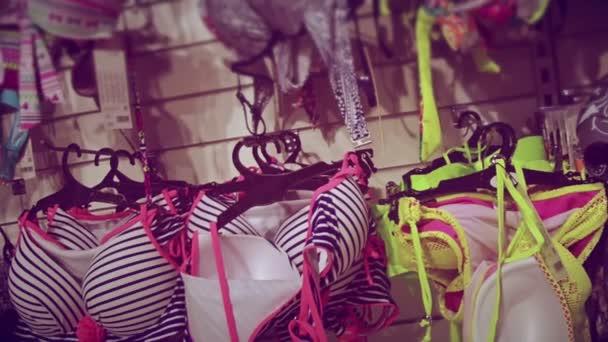 c2044cdd0 Perchas con trajes de baño en la tienda — Vídeos de Stock ...