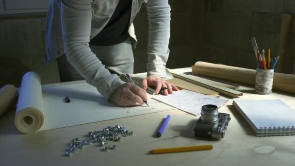 Tervező, építész, tervrajzokkal dolgozik. Eszközök és iroda a tervező számára