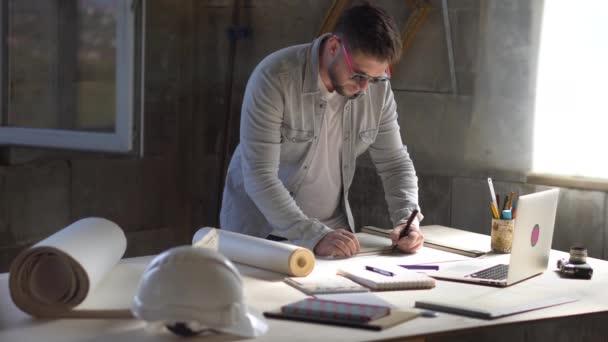 Designér, Architekt, pracuje s plány. Nástroje a kancelář pro návrháře
