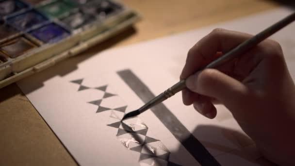 Közelkép A tervező egy projekten dolgozik, a lány rajzol egy mintát