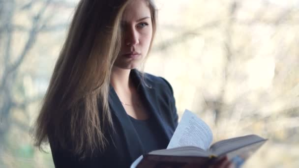 Studentky čte knihu. venku