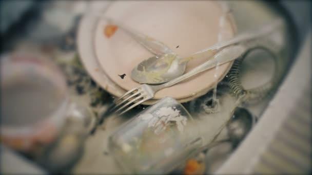 Mytí nádobí. Nesprávné zpracování