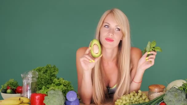 Mädchen versucht, zwischen Avocado und Salat zu wählen