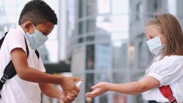 Iskolások, akik fertőtlenítik a kezüket a koronavírus világjárvány alatt