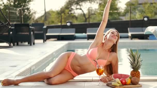 Bikini nő szép lapos has feküdt a medence szélén, és élvezi a napsütéses nap