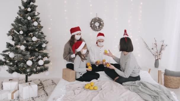 Slavnostní rodina v mejdanu klobouky a masky slaví nový rok