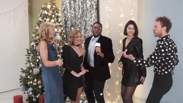 Bir grup çok ırklı arkadaş yeni yıl partisi veriyor.