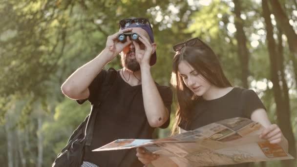 Pár turistů stojící v lese a hledající místa