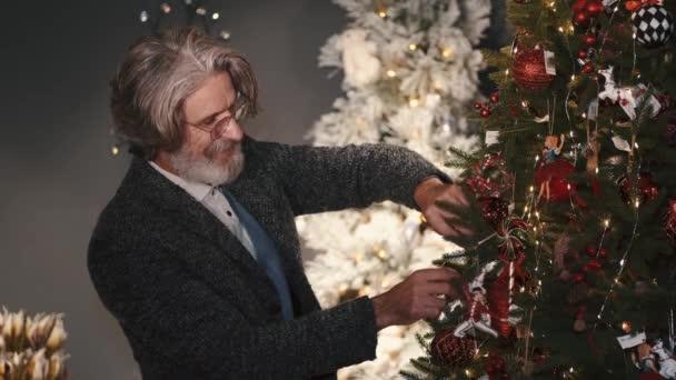 Stylový stařec zdobení vánočního stromu doma