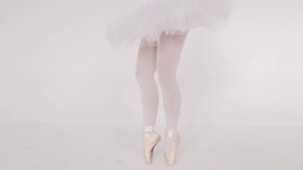 Frau tanzt anmutig im Ballettstudio