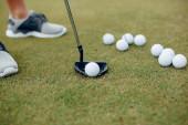 Pohledný muž hraje golf na golfovém hřišti