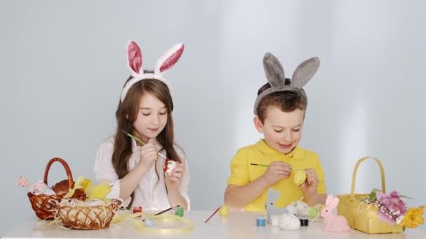 Vicces gyerekek nyuszifülekben készülődnek a húsvéti ünnepre