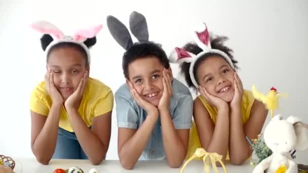 Afrikai amerikai iskolás gyerekek játszanak és szórakoznak a húsvéti ünnepeken