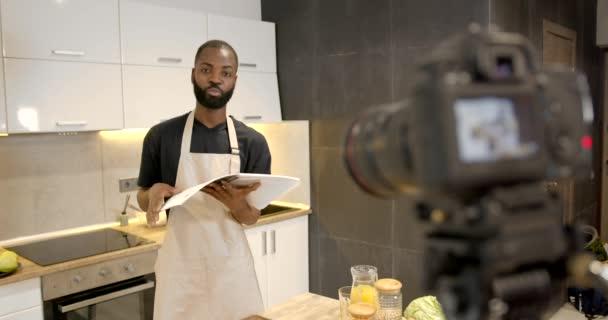 Africký americký kuchař s recepty kniha v kuchyni