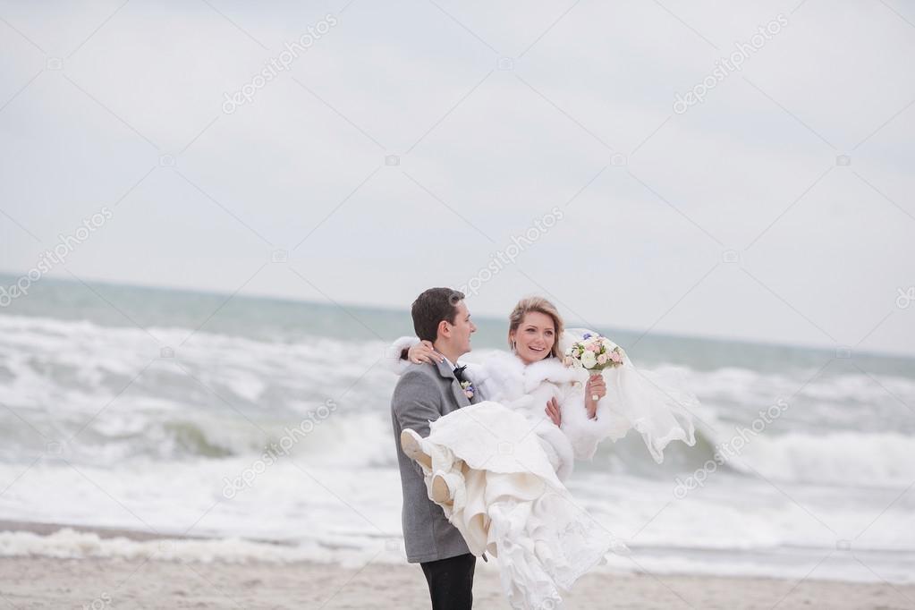 Matrimonio Spiaggia Inverno : Matrimonio sulla spiaggia in inverno u2014 foto stock © prostooleh #70412615