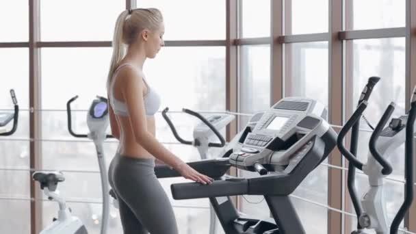 krásná blondýnka dělá cvičení v sálech