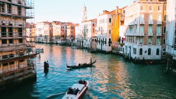 gondola poblíž mostu rialto v Benátkách, Itálie