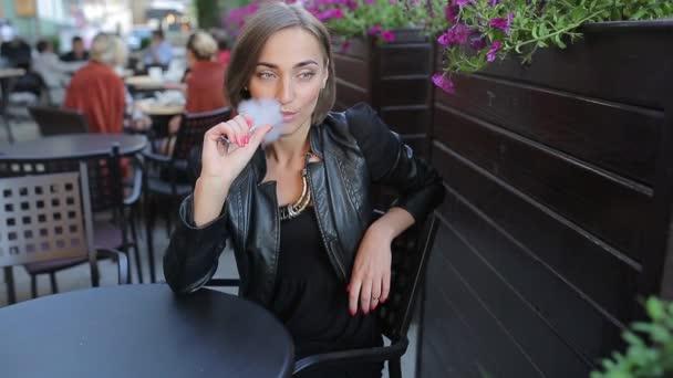 krásná bruneta požívá elektronická cigareta