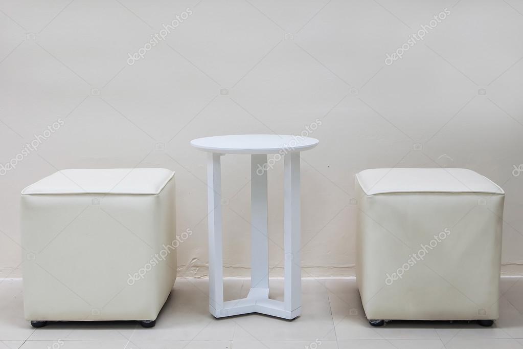 Bianco tavolo e sgabelli bianchi nella stanza bianca u2014 foto stock