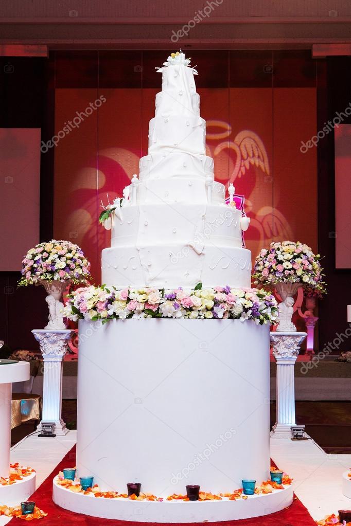 Eine Multi Level Weiss Hochzeitstorte Auf Ein Silber Basis Und Rosa