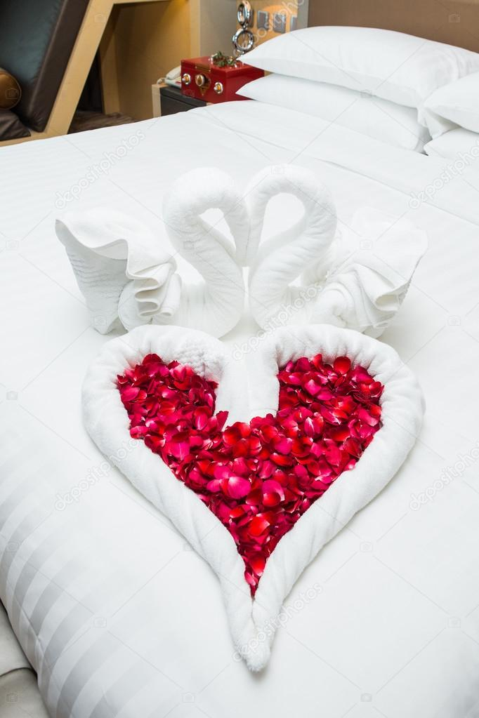 Liebe schw ne und stieg dekoration im hotel handtuch for Hotelzimmer deko