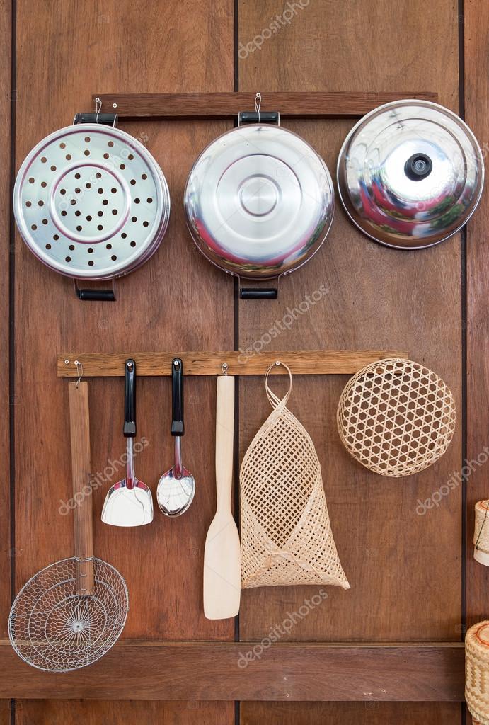 Vecchi utensili da cucina stile in Thailandia sulla parete di legno ...