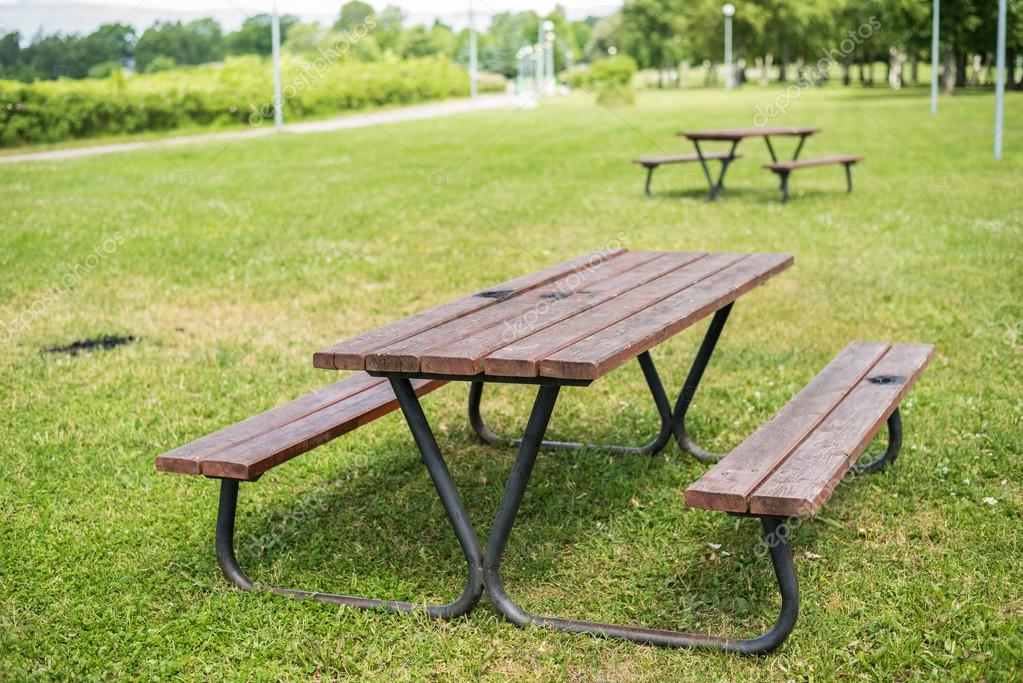 Tavolo da picnic in legno e panchine nel parco foto - Tavolo pic nic legno ...