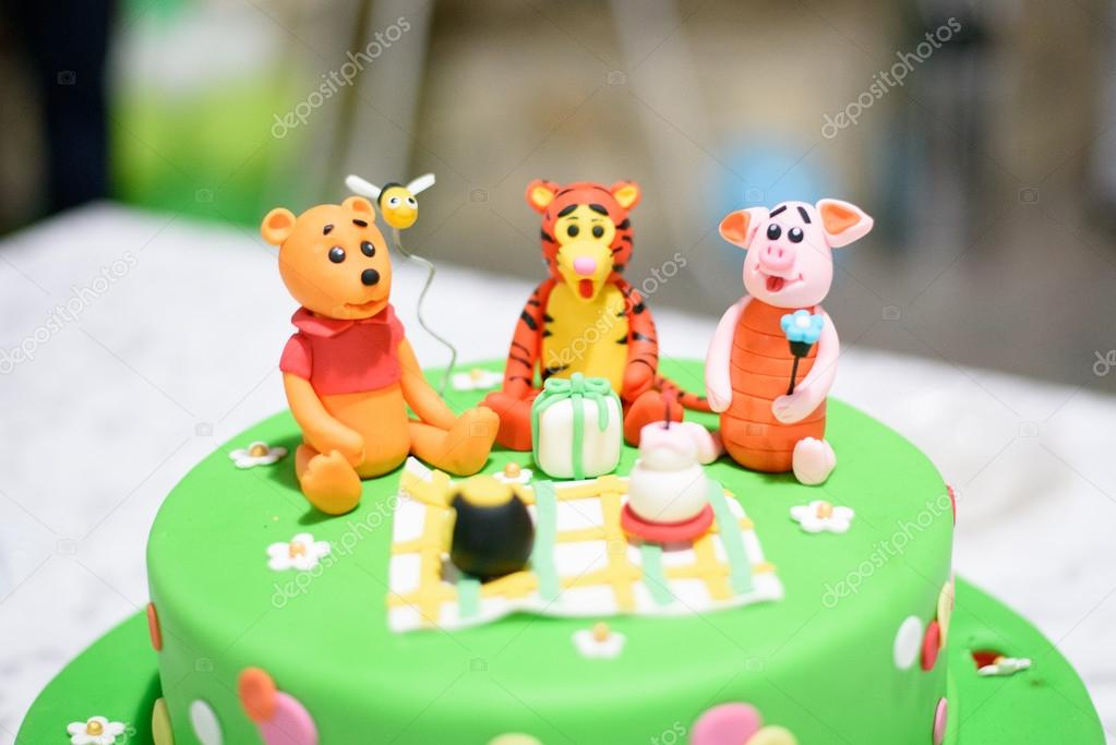 Gateau D Anniversaire Avec Bougies Et Winnie L Ourson Par Disney