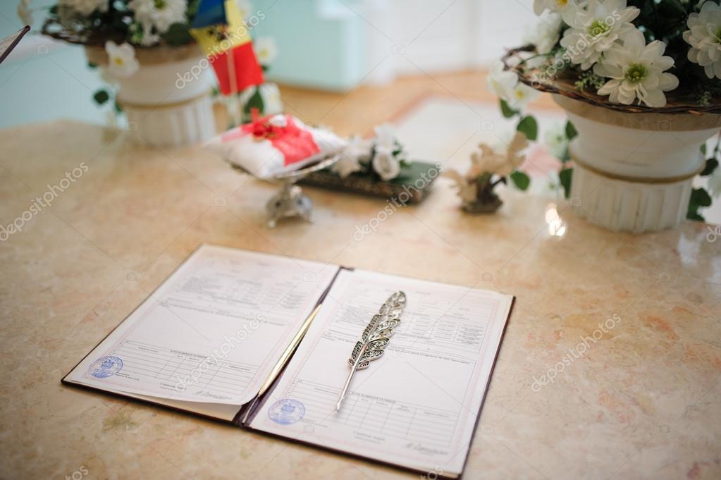 Hochzeit Vertrag Beim Standesamt Stockfoto C Eugenelucky 66084543