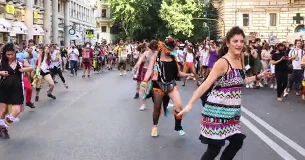 Řím, Itálie - 26. června 2021: Univerzální demonstrace za práva LGBT komunity, pochod s hudbou a tancem, tisíce lidí na ulici na Římské hrdosti.