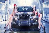 zwei sexy Mädchen in der Autowaschanlage