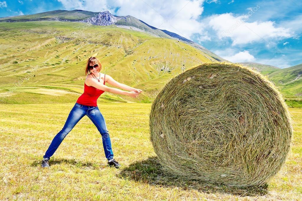 Balla di fieno e ragazza foto stock polifoto 81018978 for Piani di casa di balla di fieno