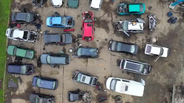 Parkoviště starých ztroskotaných aut. Likvidace starých aut. Environmentální problém2020. Opuštěná auta. Shora dolů letecké video podle drone