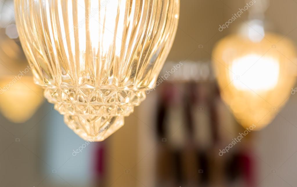 Particolare della lampada a sospensione copre di cristallo in un