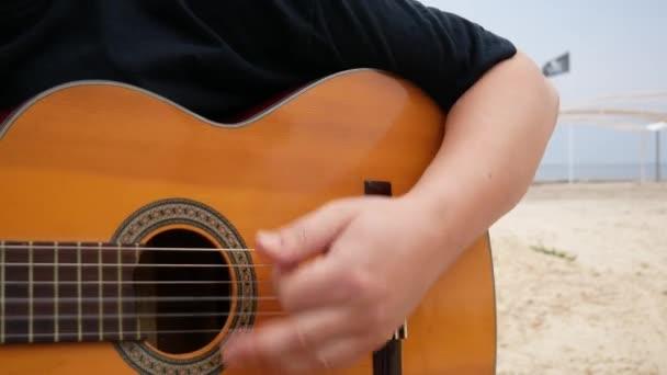 Akustická kytara Arpeggios. Romantická nálada, hudební nástroj, detailní záběr