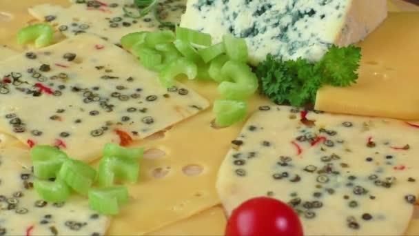 variací sýrů na prkně