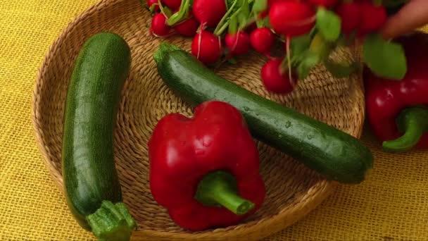 Čerstvé bio zeleniny v košíku