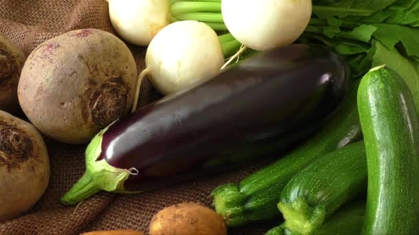 Egészséges bio-zöldségekkel a juta zsák
