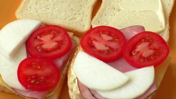 Vytváření sendvič s rajčata, šunka, sýr, křen, majonéza