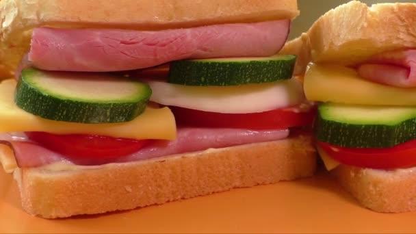 Szendvics sonka, sajt, majonéz, paradicsom, retek, cukkini
