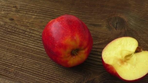 Dvě zralé jablka na temné starý dřevěný stůl, rustikální styl