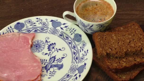 Deska s sýr, šunka, šálek kávy na dřevěný stůl