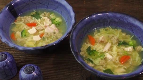 Kuřecí polévka s těstovinami a zeleninou