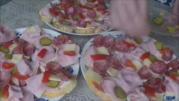 Panini (tartine) del salame su una zolla