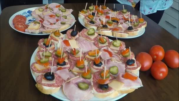 Sendviče (jednohubky) salám na talíři