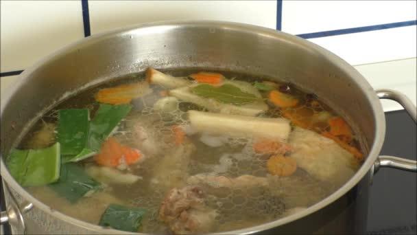 Tradiční způsob vaření kuřecí polévka ve velkém hrnci