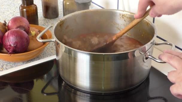 Kouřící maso kostky pro jídlo guláš v hrnci