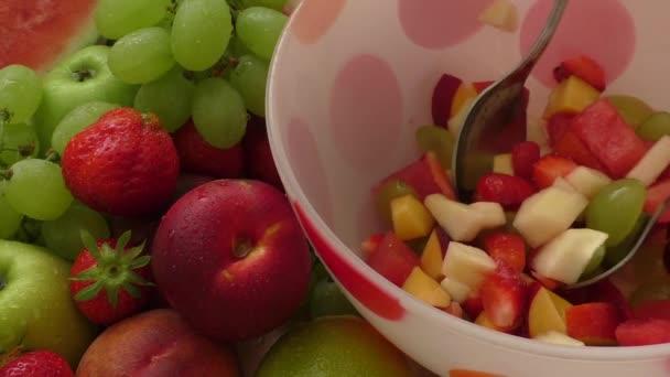 Az üvegtál egészséges gyümölcs saláta
